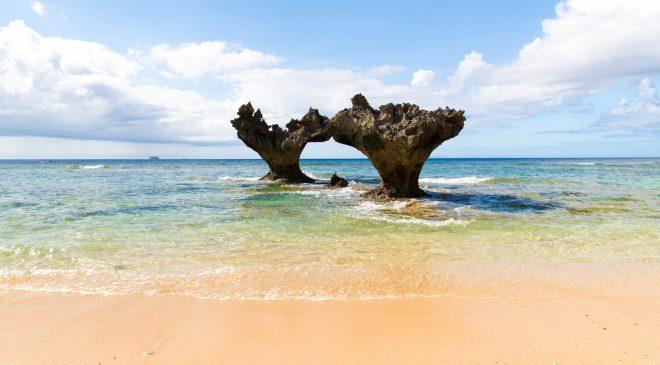 沖縄の人気スポット ティーヌ浜のハートロック Heart Rock in Okinawa, Kouri Island